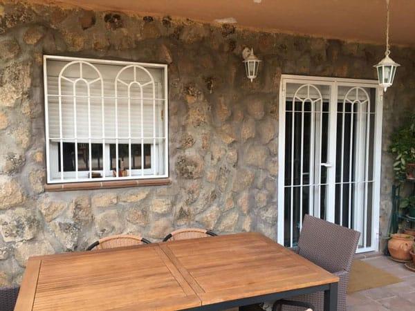 Diferencias entre rejas de interior y rejas de exterior for Puertas decorativas para interiores